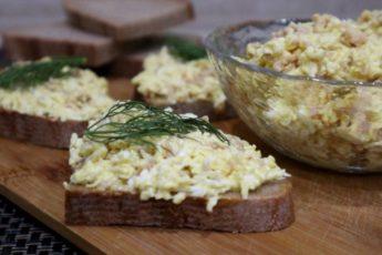 Намазка на хлеб из печени трески и плавленого сырка